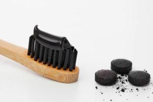 Aktivkohle Zahnpasta erfreut sich größter Beliebtheit - Wir klären, warum das so ist und was die Aktivkohle Zahnpasta Tests ergeben haben