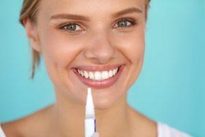 Der Bleaching Stift ist leicht angewendet und kann die eigenen Zähne um ein paar Nuancen aufhellen