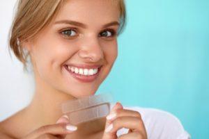 Die Zahnaufhellungsstreifen werden einfach auf die Zähne gelegt und wirken für 15 bis 60 Minuten ein
