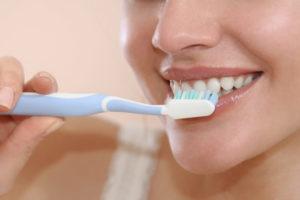 Die richtige Putztechnik und eine geeignete Zahnpasta können für weißere Zähne sorgen