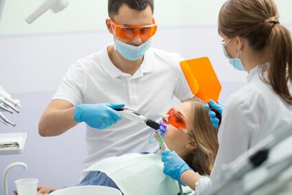 Wer sich einem professionellem Bleaching unterziehen möchte, sollte unbedingt zum Zahnarzt oder ins Bleaching Studio gehen